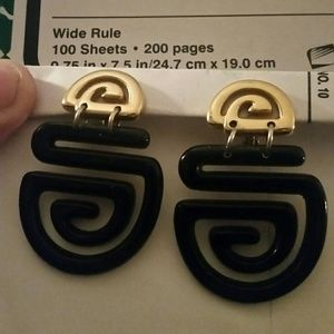 Jewelry - Vintage Black and Gold Clip On Earrings.